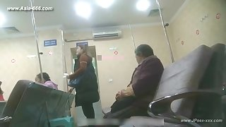 peeping chinese woman to approach to the hospital be expeditious for an injection.1